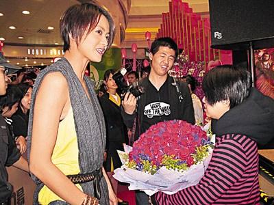梁咏琪元宵节收99朵玫瑰对方是粉丝曾多次求婚