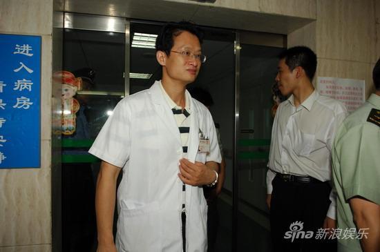 详讯:赵本山主治医生走出病房称手术成功