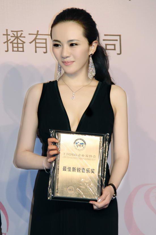 性感女星孟茜人气高涨荣获最佳新锐音乐奖(图)