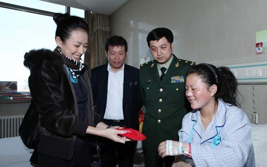 章子怡谭晶高敏医院送别藏族女孩卓玛