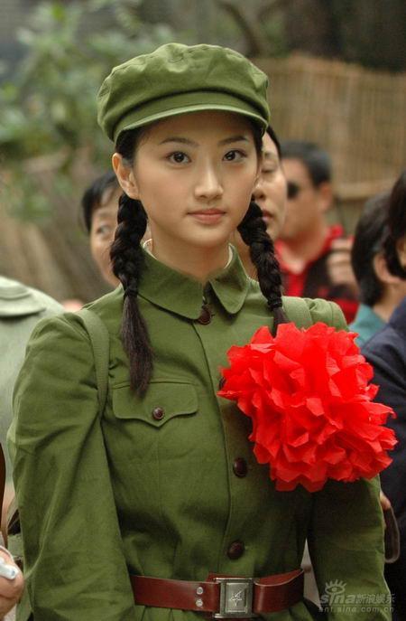 刘晓洁军装_组图:景甜片场穿军装巾帼不让须眉