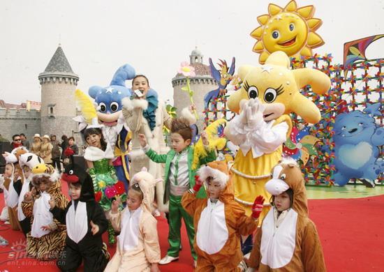 组图:名仕亚洲遭小歌迷围堵透露今年会有大手笔