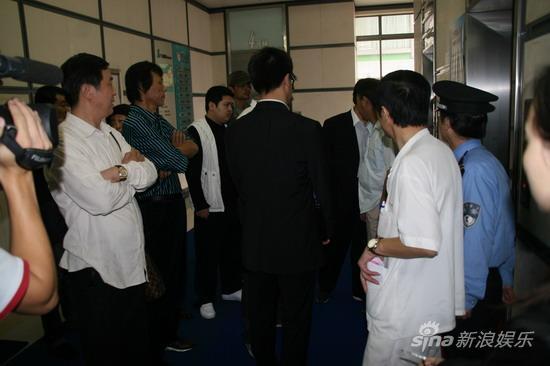 独家组图:赵本山妻子马丽娟现身医院表情轻松