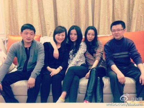 赵薇与中学老友相聚亲密搭肩感情深