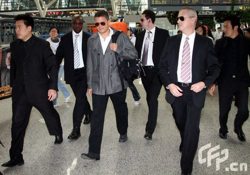 人,在機場,開心的米勒很想與眾多粉絲握手,甚至還越過保鏢的肩頭想去圖片
