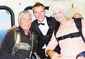 """42岁的沙顿(Mark Sutton)(中)曾参与2012年伦敦奥运会,图为他与""""假女王""""的合影。"""
