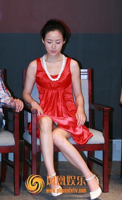 艳姆����_颜丹晨火艳红裙亮相 抬玉腿秀白色底裤抢镜(图)