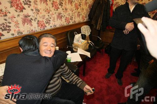 组图:小沈阳春晚人气高跪地磕头谢恩师赵本山