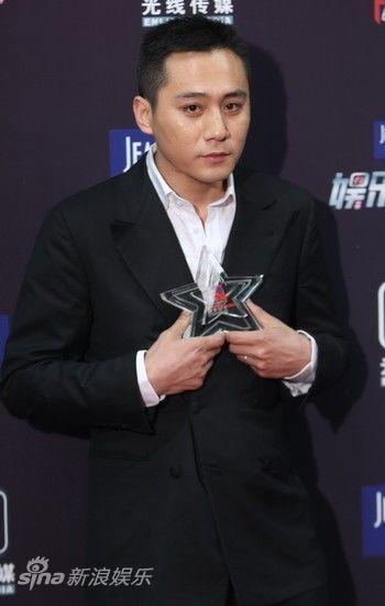 电影男演员_图文:2012娱乐大典后台-年度最具影响力电影男演员刘烨