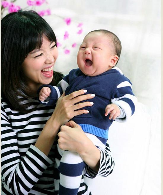 温馨亲子照_图文:吴允儿温馨亲子写真--母子同乐_影音娱乐_新浪网