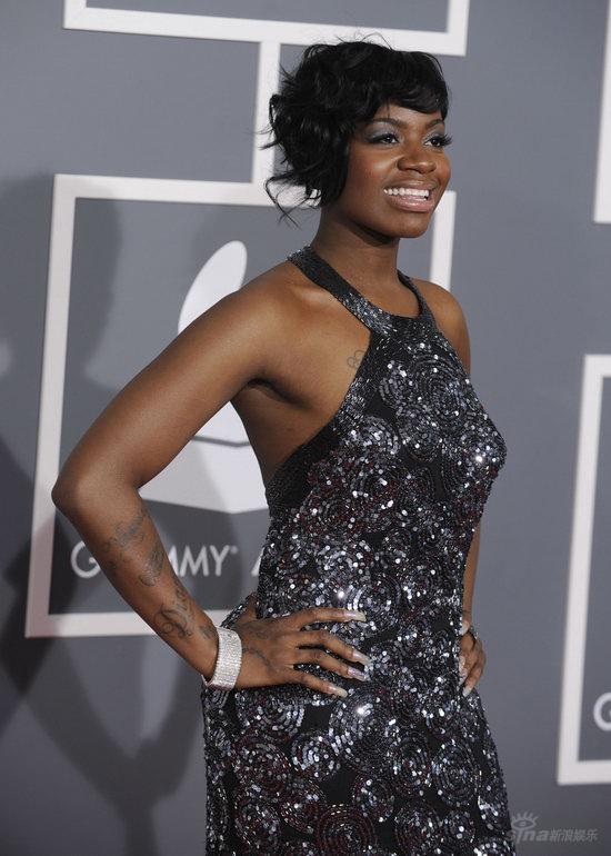 黑人玩2女_图文:格莱美红毯--黑人女歌手fantasia亮相