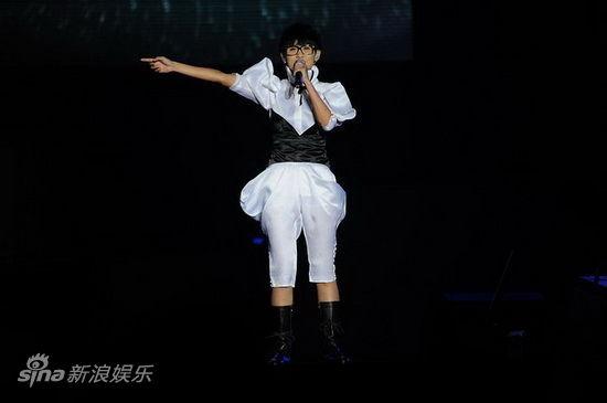 2011年快女12强_图文:2011快女巡演扬州站上演-段林希_影音娱乐_新浪网