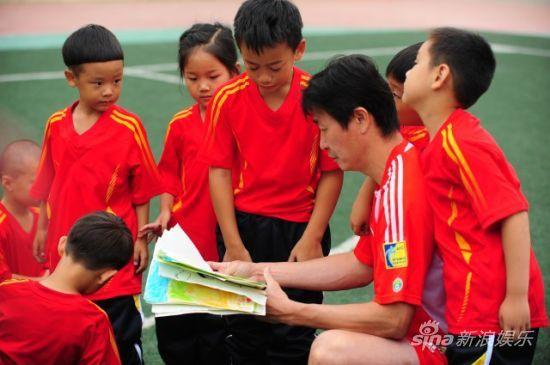拿獎足球比賽畫畫圖片