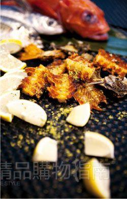 炸鱼骨配上专业的盐,自然好味道。