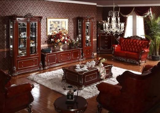 作为家居生活的核心区域,客厅在欧洲的贵族生活中占据着极为重要的地位。该款客厅沙发在富丽堂皇家具风格的基础上,漆面和皮料采用了哑光处理,给人一种尊贵奢华,不失低调内敛的整体印象。尤其是手工雕刻和镏金工艺的运用,更令沙比利木质的的丰富纹理与光泽表露无遗,令人印象深刻。
