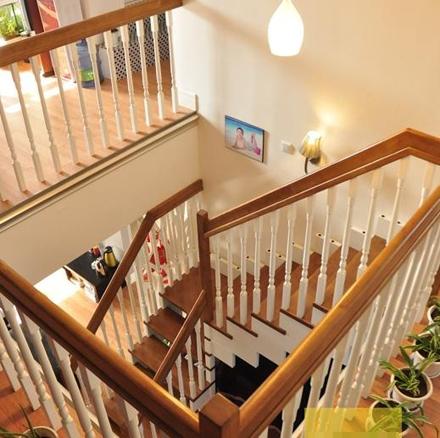 二楼楼梯处俯瞰一楼效果图