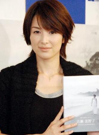熟女日吉_吉濑美智子发行首本年历 展现性感熟女味(图)