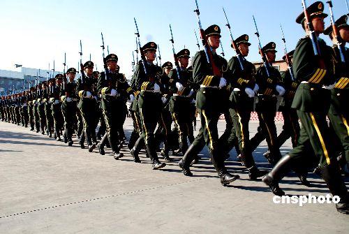 资料图:三军仪仗队官兵在北京军营内进行队列训练
