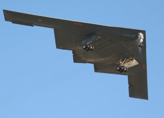 美国曾诬蔑中国获取美国隐形战机技术。资料图:B-2隐形轰炸机机腹特写