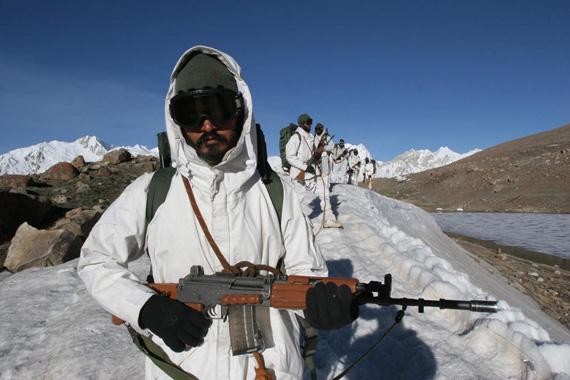 资料图:印度山地作战部队在冰川上巡逻