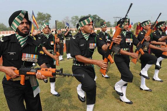资料图:印度军人表演作战技能