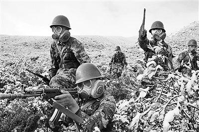 图片说明:步兵连山地进攻演练。晏良摄