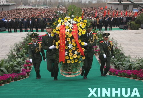 4月2日上午,四名禮兵正在莊嚴地向革命烈士紀念碑敬獻花籃。圖片來源:新華網