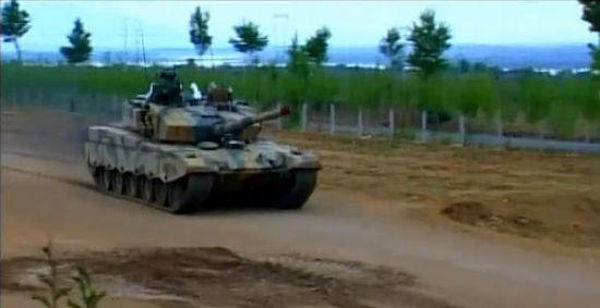99改式主战坦克视频_我大改型99式坦克配新一代主炮及主动防御系统_新浪军事_新浪网