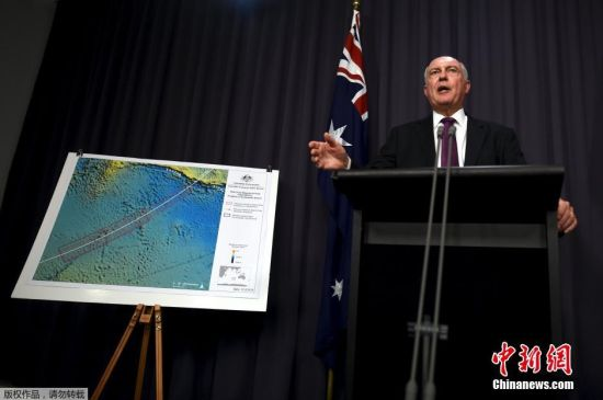 澳大利��副�理沃��・特拉斯在新��l布��上介�B�R航MH370航班搜�ば�拥淖钚逻M展