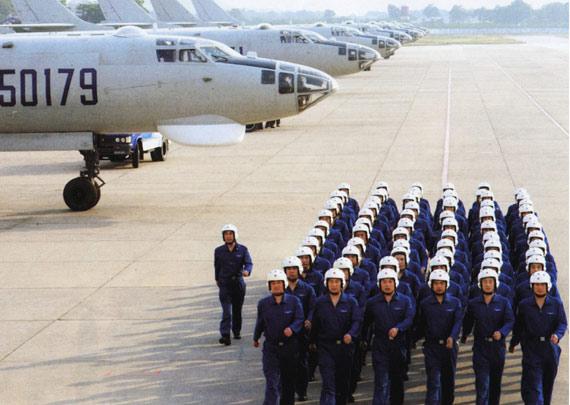 中国空军07飞行标志图片_图文:中国空军轰炸机部队飞行员整队行进_新浪军事_新浪网