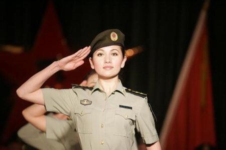 女室军装_组图:新疆军区举行07式新军服试穿展示观摩会_新浪军事_新浪网