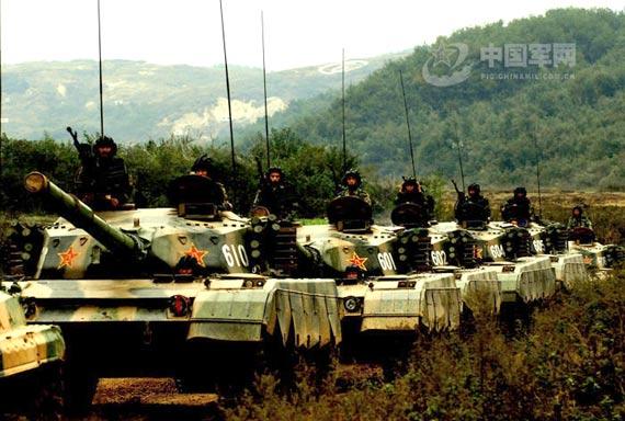 解放军96式主战坦克群开进