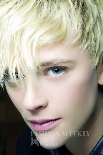 清淡的白色眼线