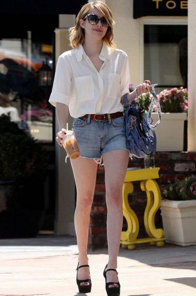 白色雪纺衬衫搭配短裤