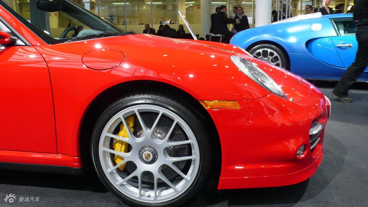911情也色_保时捷911 turbo s配备复合陶瓷通风盘式制动器,动态转向灯,双色皮革