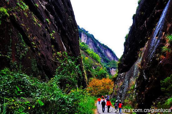 峰巒疊翠的峽谷間