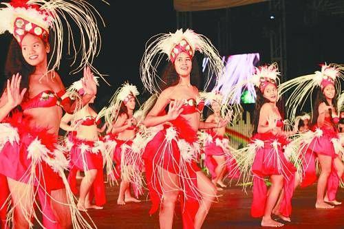 歌舞演出既盛大又隆重,穿上稻草編成的草裙,在皮鼓、吉他的節奏聲中翩翩起舞