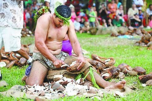 """""""劈椰子""""比賽是力量和智慧的競爭"""