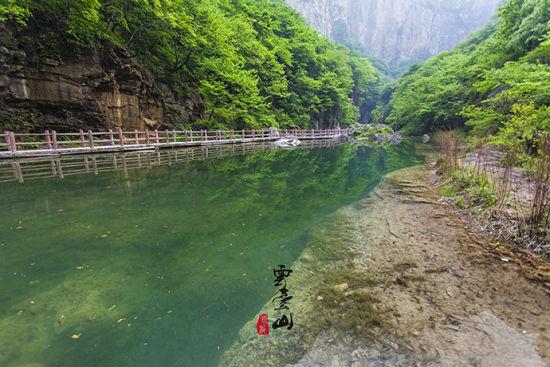 山间老骚逼_欣赏幽潭美丽风景 品尝山间不老泉水