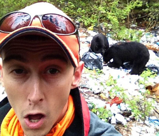 美国人自拍性交视频_美国兴起游客与野熊自拍 引发安全担忧