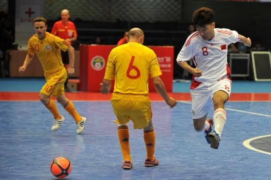6月1日,中國隊球員馮維(右一)在比賽中射門。當日,2011年中國室內五人制足球國際錦標賽在杭州黃龍體育館開幕。中國隊在揭幕戰中以2比3不敵羅馬尼亞隊。   新華社記者鞠煥宗攝