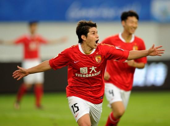11月18日,廣州恒大隊球員孔卡在比賽中慶祝進球.圖片
