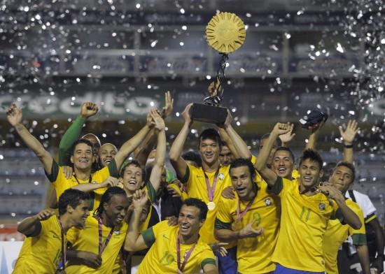 足球球员_图文-南美超级德比杯巴西夺冠 球员与奖杯合影_国际足球-五洲热 ...
