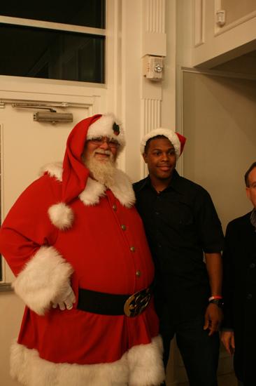 nba篮球网页游戏_图文-凯尔-洛瑞举行圣诞节日派对 与圣诞老人合影_篮球-NBA_新浪 ...