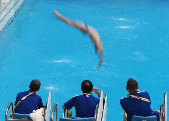 入水動作待教練指點_游泳圖片