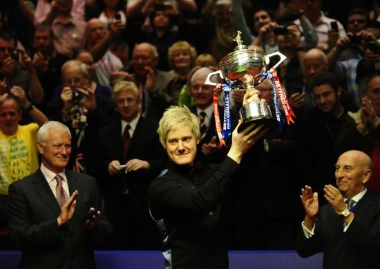 图文-斯诺克世锦赛罗伯逊获得冠军高举胜利奖杯