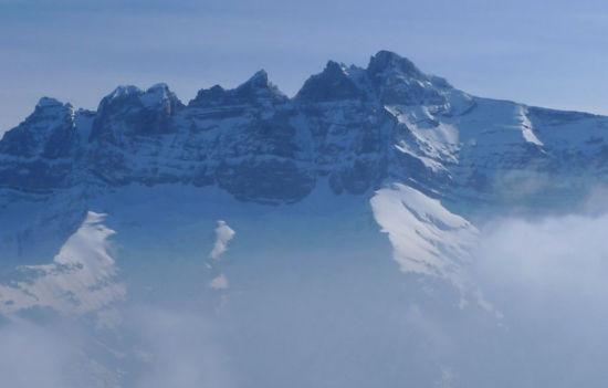 山顶人体艺术_瑞士山顶悬浮木屋摇摇欲坠观美景